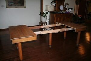 ANTIQUE MAPLE DINNING TABLE Belleville Belleville Area image 7