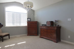 LIKE NEW!! Available for a quick possession. London Ontario image 5