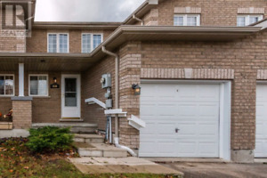 Beautiful 3 Bedroom town home. 830 Coral Springs Ln, Midland, On