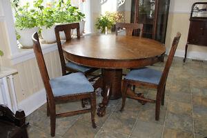 Table antique et ses 4 chaises, en chêne et à pattes de lion