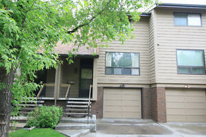 Beautiful Townhouse in Varsity by Market Mall