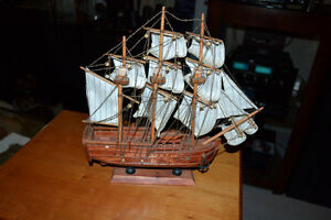 HMS ENDEAVOUR Wooden Model Ship in mint condition as pictured Gatineau Ottawa / Gatineau Area image 2