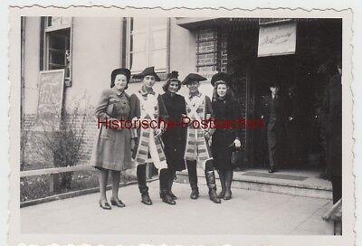 (F14082) Orig. Foto Frauen u. Kostümierte vor einem Gebäudeeingang 1944