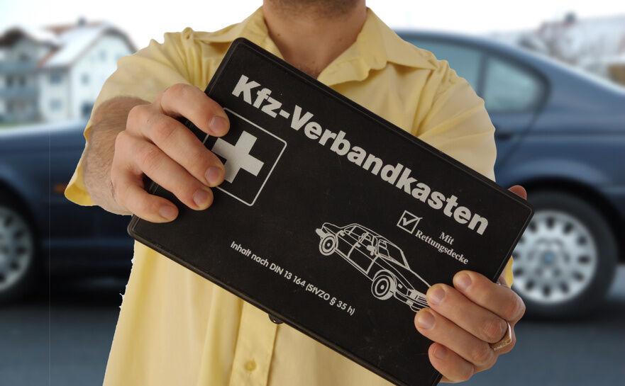 Warndreieck, Erste-Hilfe-Kit, Notfalldecke: was man immer im Kofferraum haben sollte