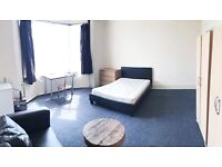 PICCADILLY LINE (15 minutes to KING'S CROSS): MASSIVE DOUBLE ROOM to rent NOW in TURNPIKE LANE