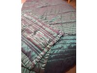 Padded kingsize bed throw with 4 pillowshams