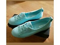 New In Box Ladies / Girls Converse Ballet Pumps Trainers Size 6