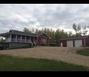 Acreage living north of Edmonton with an easy commute!