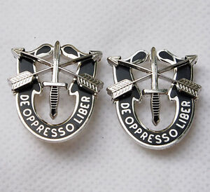 PAIR-US-SPECIAL-FORCES-SF-HAT-PIN-MOTTO-METAL-BADGE-DE-OPPRESSO-LIBE-32185