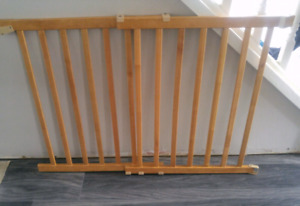 Expandable wooden gate