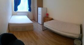Very Large Double/Twin room. Near Bank, Tower Bridge. (one Double and one single bed)