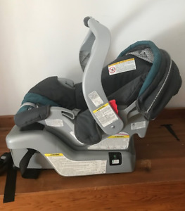 GRACO SNUGRIDE CLASSIC CONNECT INFANT CARSEAT IN EXCELLENT SHAPE