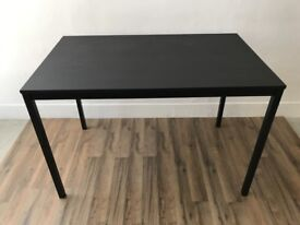 Tärendo Black dining room table
