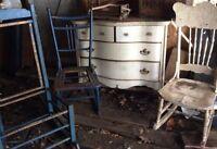 Commode et trois chaises antiques