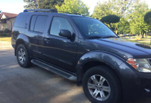 2011 Nissan Pathfinder - 4WD - 7 PASS - No Accidents