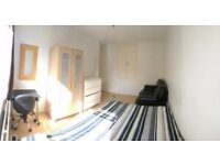 Spacious double room in nice area in Putney 10 minutes from rail station