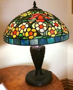 EXQUISITE STAINED GLASS TIFFANY TABLE LAMP