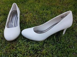 BRAND NEW White rounded toe heels 9