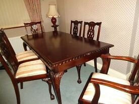 Beautiful Mahogany dinning room table & chairs. Dining table and 6 chairs (2 carver style) kitchen