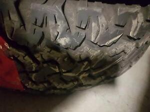 2 pneus d'hiver LT265/65/17 BF Goodrich All-Terrain T/A, 55% d'usure, 6-7/32 de mesure