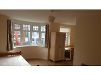 Nice double ensuite room to let in N8 Hornsey suitable for a single person.