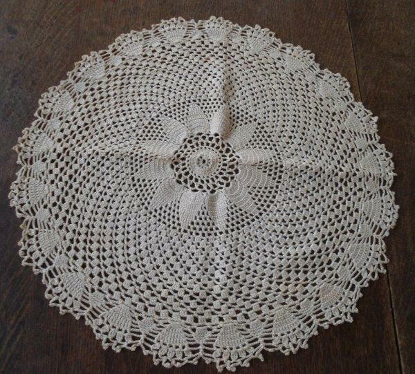 """Vintage Crochet Lace Doily Pinwheel Scallop Picots Flower Center Ecru 16"""""""