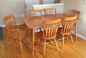 Beautiful Maple Table with 6 Chairs and Large Insert Kingston Kingston Area image 2