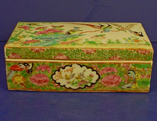 19th CENTURY CHINESE FAMILLE ROSE EXPORT PORCELAIN LIDDED PEN BOX