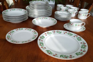 Make Your Christmas Table Beautiful With Gorgeous China