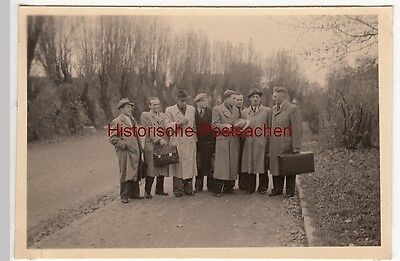 (F12596) Orig. Foto Männer im Mantel, mit Taschen u. Koffern im Freien 1950er