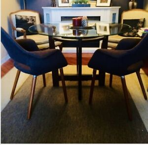 A beautiful Round Table 45'  with elegant wood base