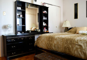 Black Lacquered Bedroom Set/ Ensemble de Chambre à coucher
