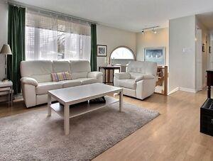 Canapé et fauteuil en cuir blanc sur 2 assises