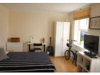Spacious double room, available immediately with 2 WEEKS DEPOSIT!