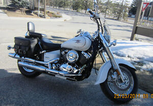 YAMAHA VSTAR 650 PEARL WHITE LOADED WITH LEATHER AND CHROME