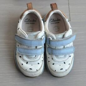 Clarks girls size 5F Leather shoes