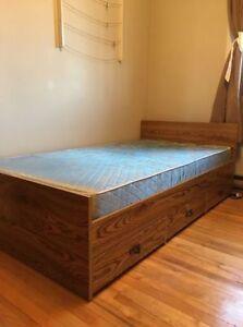 Bedroom set / Ensemble de chambre à coucher