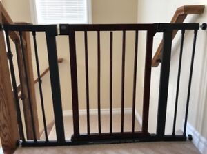 Pressure mount baby gate by Munchkin