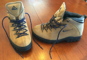 NIKE ACG Mens Hiking boot size 9