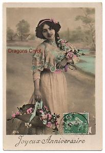 Carte postale ancienne - Joyeux anniversaire - Femme, robe décorée - 1913