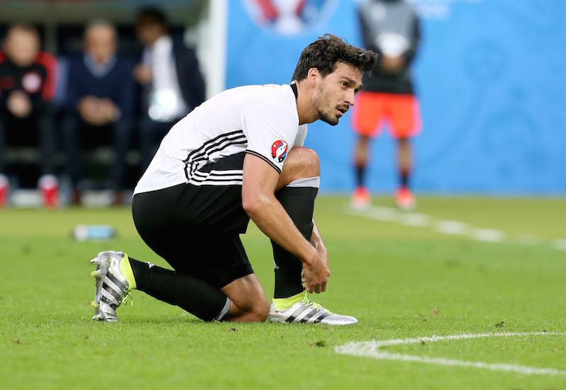 Mats Hummel schnürt seine Fußballschuhe Auch er trägt den Adidas ACE 16.1 Primeknit. (Bild: Imago)