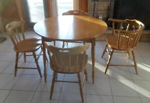 Maple table with 2 leafs, 4 chairs
