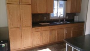3 BED APARTMENT W/ PARKING & LAUNDRY