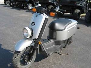 CHEAP SCOOTER FOR SALE with 2 helmets
