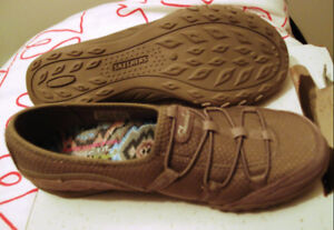 Sketchers Shoe 8.5 leather / canvas upper, relaxed fit