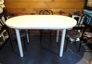 Table blanche et 4 chaises de l'émission chambre en ville