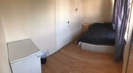 ** EXCELLENT DOUBLE ROOM IN CANARY WHARF ** READY TO MOVE IN !!
