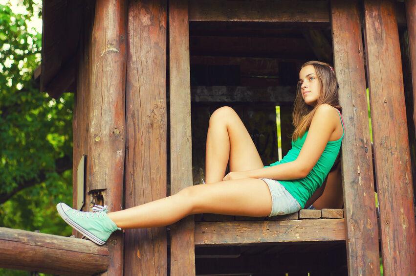 Heelys, High-Tops und Co.: Trendige Damen-Sneaker und wie Sie sie stilsicher kombinieren