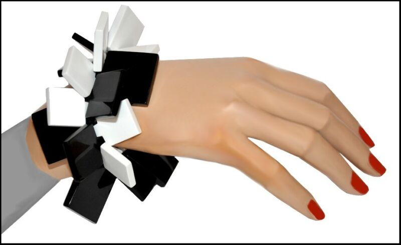 WHITE AND BLACK RESIN STRETCHY BRACELET WITH SQUARE ELEMENTS