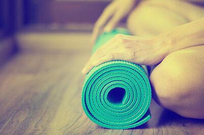 Wenn du sicher bist, dass Yoga dein Sport ist, kannst du dir eine eigene Yoga-Matte zulegen.